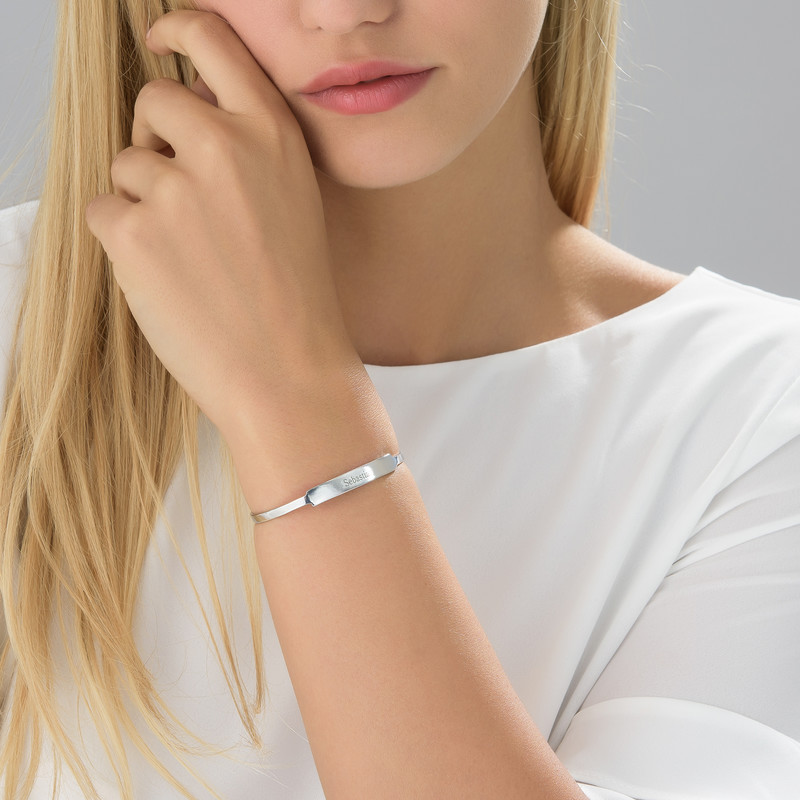 Åpent armbånd med navn i sølv - 1