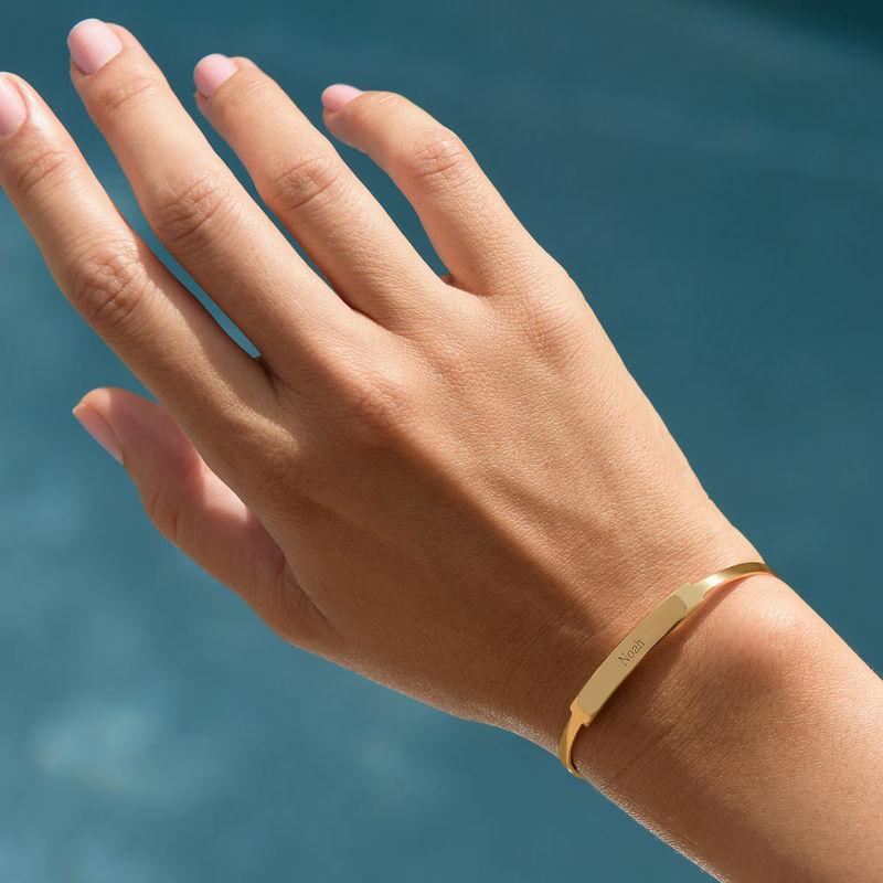 Åpent armbånd med navn i gullbelegg - 3