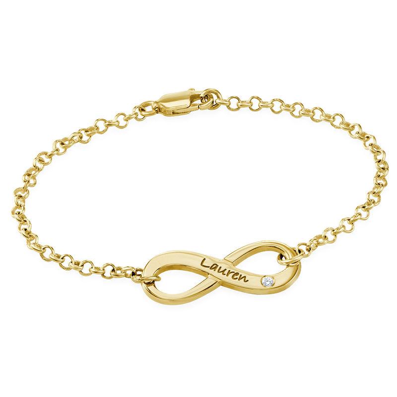 Infinity-armbånd med gravering og diamant i gullbelegg