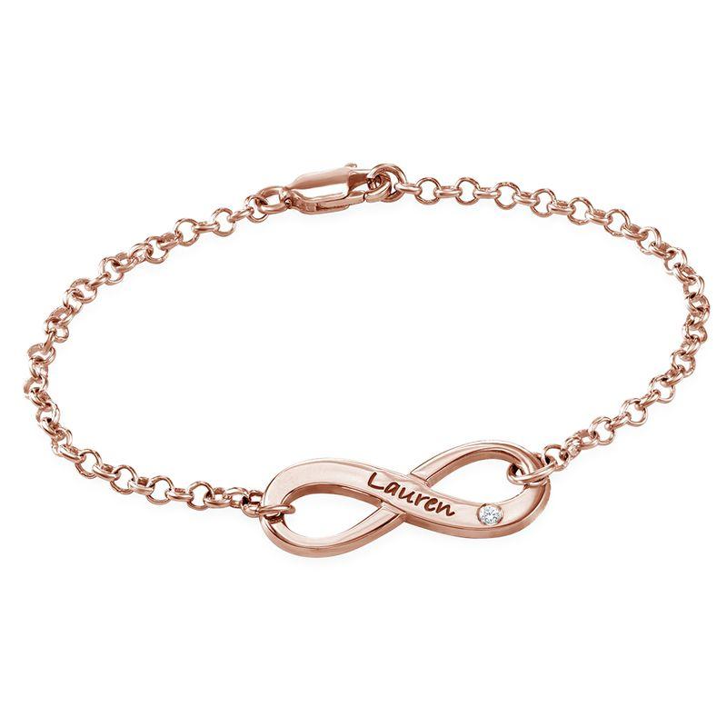 Infinity-armbånd med gravering og diamant i rosegullbelegg