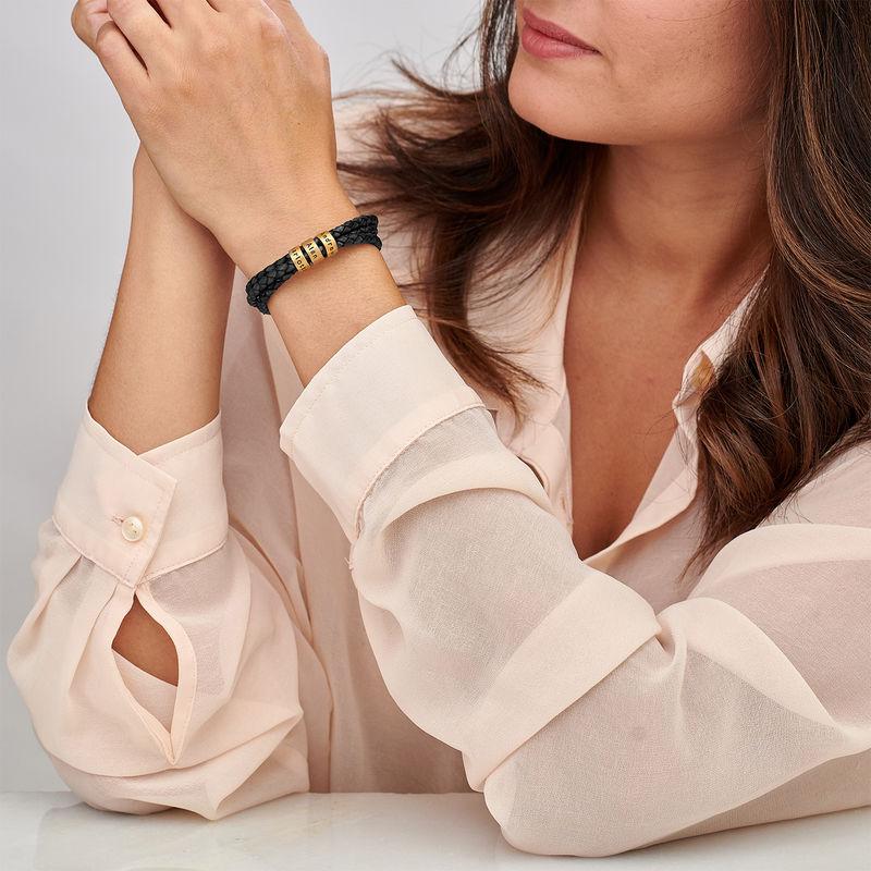 Armbånd til henne i flettet lær med små tilpassede charms i gullforgylt - 1