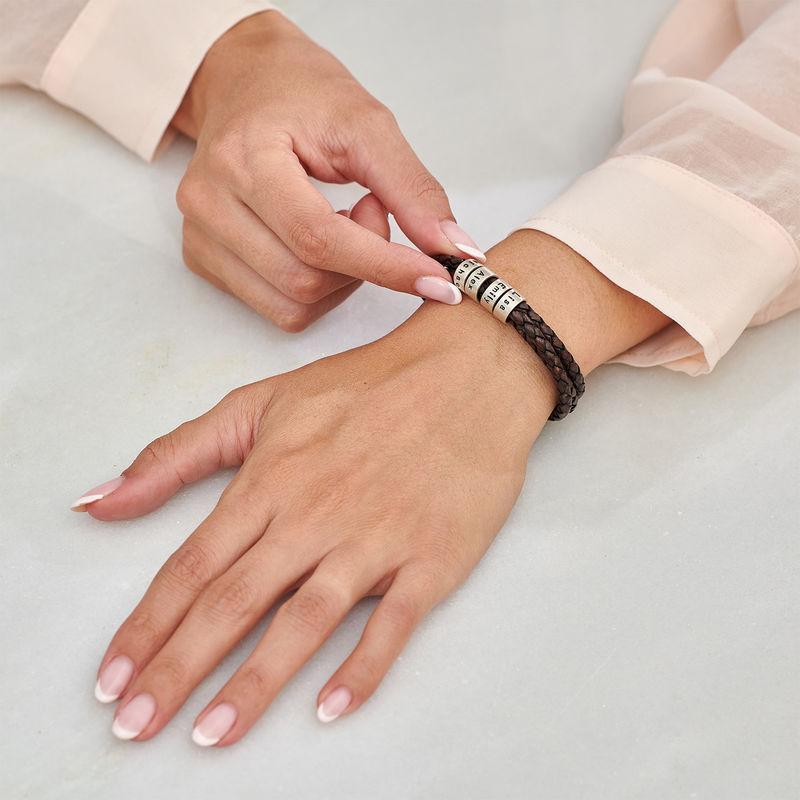 Armbånd til henne i brunt flettet lær med små tilpassede charms i sølv - 2