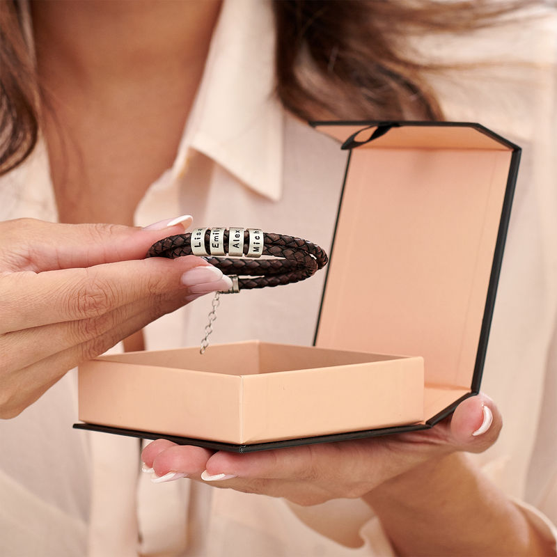 Armbånd til henne i brunt flettet lær med små tilpassede charms i sølv - 3