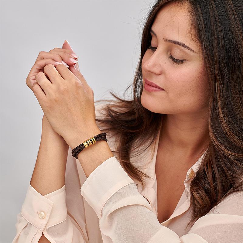 Armbånd til henne i brunt flettet lær med små tilpassede charms i gullforgylt - 1