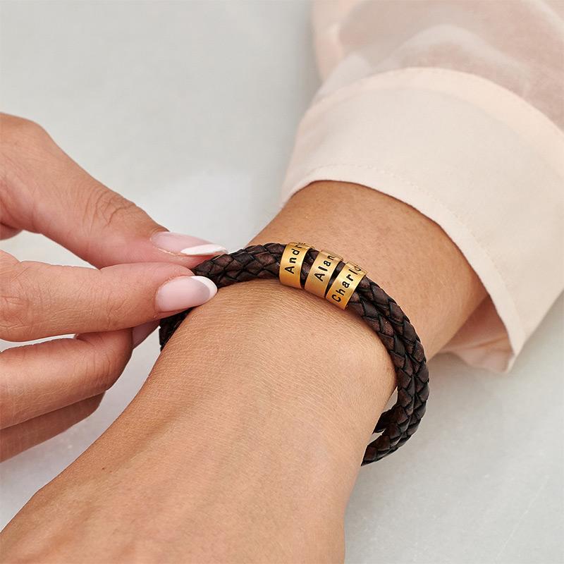 Armbånd til henne i brunt flettet lær med små tilpassede charms i gullforgylt - 3