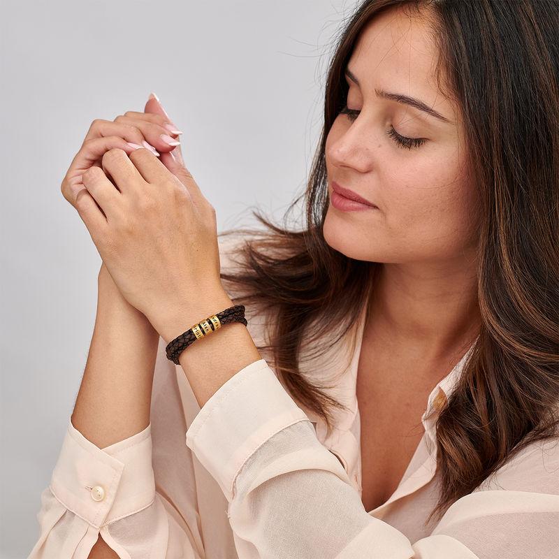 Armbånd til henne i brunt flettet lær med små tilpassede charms i vermeil gull - 1
