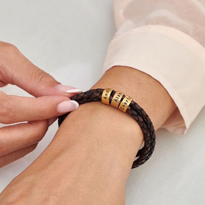 Armbånd til henne i brunt flettet lær med små tilpassede charms i vermeil gull - 3