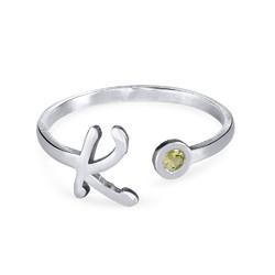 Åpen ring med bokstav og fødselsstein i sølv produktbilde