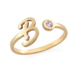 Åpen ring med bokstav og fødselsstein i 18K gullbelegg product photo