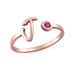 Åpen ring med bokstav og fødselsstein i 18K rosegullbelegg produktbilde