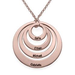 Rundt smykke med fire åpne sirkler og gravering i rosegullbelegg produktbilde