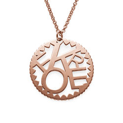Rundt smykke med bokstaver i rosegullbelegg produktbilde