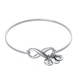 Infinity bangle armbånd med bokstavanheng i sølv produktbilde