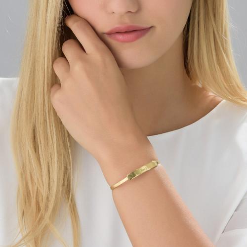 Åpent armbånd med navn i gullbelegg - 1