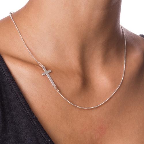 Halssmykke med gravert sidekors i sølv - 1