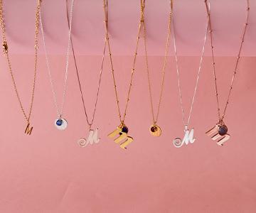Hvordan style smykke med bokstav