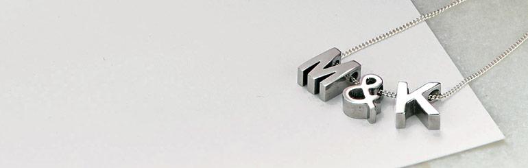 Måter å bruke smykke med bokstav